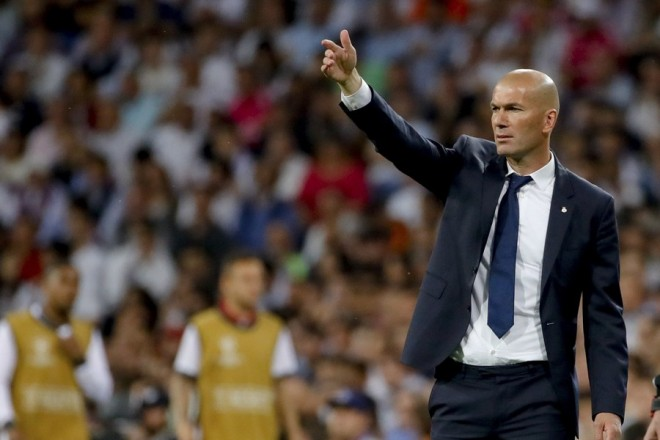 epa05913978 Real Madrid's French head coach Zinedine Zidane during the Champions League quarter final second leg soccer match between Real Madrid and Bayern Munich played at Santiago Bernabeu's stadium in Madrid, Spain on 18 April 2017.  EPA/JUANJO MARTIN