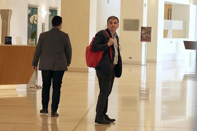 Ο υπουργός Οικονομικών Ευκλείδης Τσακαλώτος (Δ) προσέρχεται για τη συνάντησή του με τους θεσμούς, σε κεντρικό ξενοδοχείο της Αθήνα, την Τρίτη 25 Απριλίου 2017. ΑΠΕ-ΜΠΕ/ΑΠΕ-ΜΠΕ/ΣΥΜΕΛΑ ΠΑΝΤΖΑΡΤΖΗ