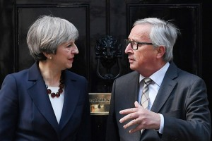 epa05929539 British Prime Minister Theresa May (L) welcomes European Commission President Jean-Claude Juncker (R) to 10 Downing Street in London, Britain, 26 April 2017. The two leaders held talks on Brexit.  EPA/ANDY RAIN