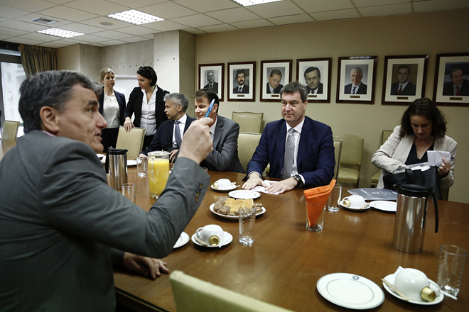 Ο υπουργός Οικονομικών Ευκλείδης Τσακαλώτος (Α) συνομιλεί με τον υπουργό Οικονομικών της Βαυαρίας Dr. Marcus Soder (Κ), στο υπουργείο, Αθήνα Δευτέρα 8 Μαΐου 2017. ΑΠΕ-ΜΠΕ/ΑΠΕ-ΜΠΕ/ΓΙΑΝΝΗΣ ΚΟΛΕΣΙΔΗΣ