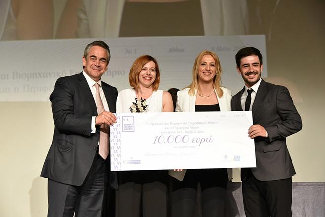 """(Ξένη δημοσίευση)   Η περιφερειάρχης Αττικής, Ρένα Δούρου (2Δ)  και ο πρόεδρος του ΕΒΕΑ Κωνσταντίνος Μίχαλος (Α) απονέμουν το 1o βραβείο Advantis Medical Imaging 10.000€, τη Δευτέρα 8 Μαΐου 2017. Πραγματοποιήθηκε χθες ενώπιον πλήθους κόσμου, η πρώτη τελετή απονομής των """"ATHENS STARTUP AWARDS 2017"""" για Καινοτόμες Νεοφυείς Επιχειρήσεις που διοργάνωσαν  η Περιφέρεια Αττικής και το Εμπορικό και Βιομηχανικό Επιμελητήριο Αθηνών (ΕΒΕΑ). Τρίτη 9 Μαΐου 2017.   ΑΠΕ- ΜΠΕ/ ΠΕΡΙΦΕΡΕΙΑ ΑΤΤΙΚΗΣ /STR"""