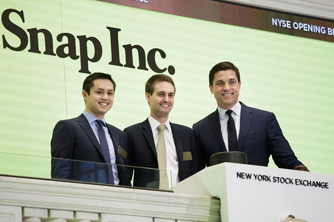 epa05825220 Snapchat co-founders Bobby Murphy (L) and Evan Spiegel (C) ring the opening bell while standing with Thomas W. Farley (R), the President of the NYSE, during the initial public offering of Snap Inc, the parent company of Snapchat, at the New York Stock Exchange in New York, New York, USA, 02 March 2017. Snap Inc. is being priced at 17 US dollars per share which gives the company a value of nearly 24 billion (USD).  EPA/JUSTIN LANE