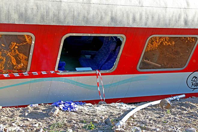 Βαγόνια της επιβατικής αμαξοστοιχίας intercity μετά τον εκτροχιασμό της, στα 200 μέτρα πριν τον Σιδηροδρομικό σταθμό Αδένδρου, ενώ εκτελούσε το δρομολόγιο Αθήνα - Θεσσαλονίκη, την Κυριακή 14 Μαΐου 2017. Σε 75 με 100 ανέρχονται οι επιβάτες που επέβαιναν στην επιβατική αμαξοστοιχία του ΟΣΕ. Δύο νεκροί, τρεις τραυματίες που μεταφέρονται με ασθενοφόρο του ΕΚΑΒ στο νοσοκομείο Παπανικολάου, ένας εκ των οποίων διασωληνομένος και ένας τραυματίας που κατευθύνεται στο 424 Γενικό Στρατιωτικό Νοσοκομείο Εκπαιδεύσεως, σύμφωνα με πληροφορίες από το Εθνικό Κέντρο 'Αμεσης Βοήθειας  της πόλης. Πληροφορίες δε αναφέρουν ότι άλλοι δέκα επιβάτες της επιβατικής αμαξοστοιχίας είναι ελαφρά τραυματισμένοι και πρόκειται να μεταφερθούν στα νοσοκομεία. Προσπάθειες γίνονται ακόμη να απεγκλωβιστούν οι δύο μηχανικοί, ένας άντρας και μια γυναίκα. ΑΠΕ-ΜΠΕ/Pixel/ΒΑΣΙΛΗΣ ΒΕΡΒΕΡΙΔΗΣ