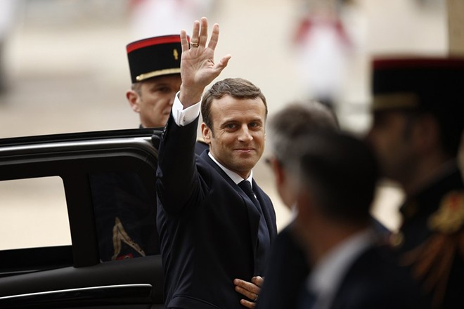 epa05963038 New French President Emmanuel Macron waves as he arrives to a handover ceremony at the Elysee Palace, in Paris, France, 14 May 2017.  EPA/YOAN VALAT / POOL MAXPPP OUT