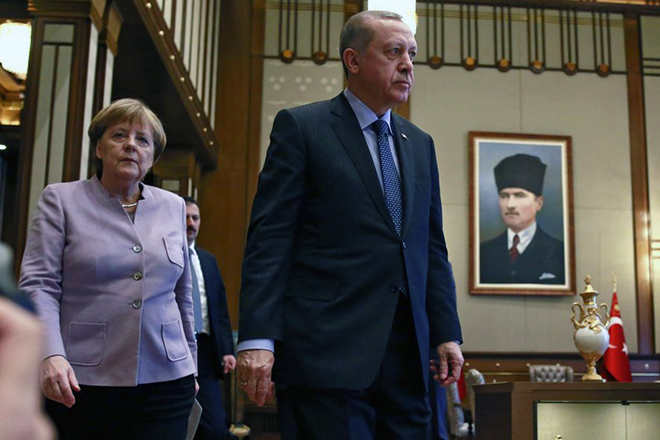 epa05766695 German Chancellor Angela Merkel (L) and Turkish President Recep Tayyip Erdogan (R) attend a press conference after their meeting in Ankara, Turkey, 02 February 2017. Merkel will meet Turkish President Erdogan, Prime Minister Yildirim and some opposition leaders during her visit. Merkel is in Turkey for a one-day official visit.  EPA/TUMAY BERKIN
