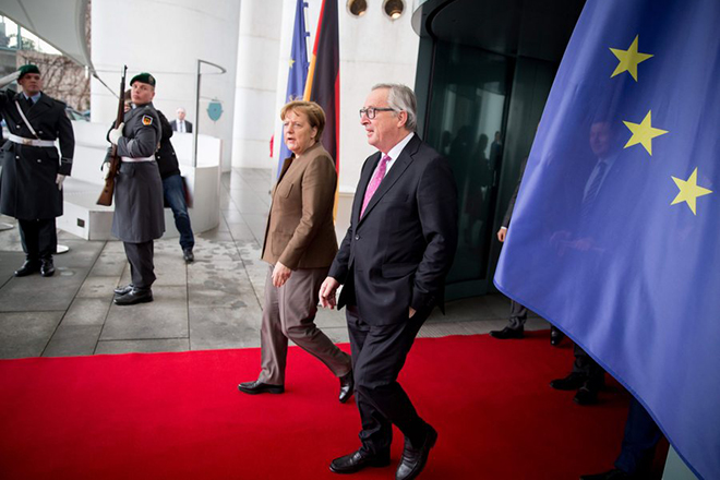 epa05101222 GermanChancellor Angela Merkel (2-L) walks with President of the EU Commission, Jean-Claude Juncker (R), as he departs after his visit, in front of the Federal Chancellery inBerlin,Germany, 14 January 2016.  EPA/KAYNIETFELD