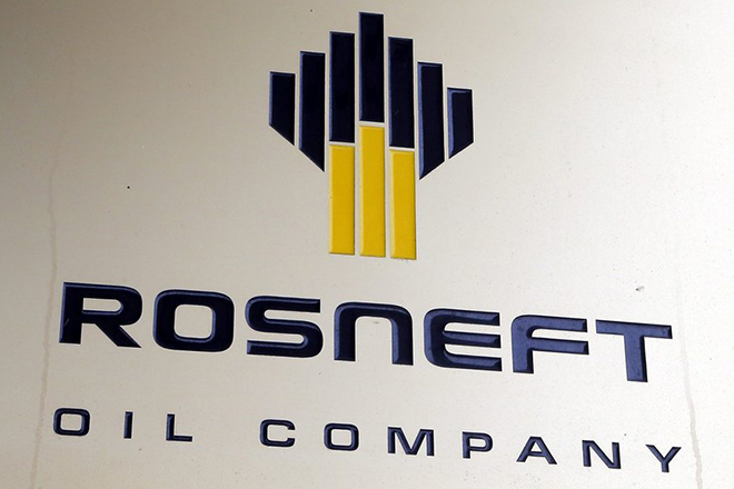 epa05665450 The logo of the 'Rosneft' petroleum company on the wall of its headquarters in Moscow, Russia 08 December 2016. Media reports on 07 December 2016 citing Kremlin state Russia has completed the privatization for 19,5 per cent of Rosneft.  EPA/MAXIM SHIPENKOV