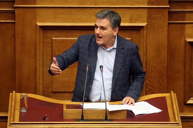 Ο υπουργός Οικονομικών Ευκλείδης Τσακαλώτος μιλάει από το βήμα, στη δεύτερη μέρα της συνεδρίασης της Ολομέλειας της Βουλής κατά τη συζήτηση και ψήφιση των μέτρων για το κλείσιμο της β' αξιολόγησης, Αθήνα, την Πέμπτη 18 Μαΐου 2017 ΑΠΕ-ΜΠΕ/ΑΠΕ-ΜΠΕ/ΟΡΕΣΤΗΣ ΠΑΝΑΓΙΩΤΟΥ