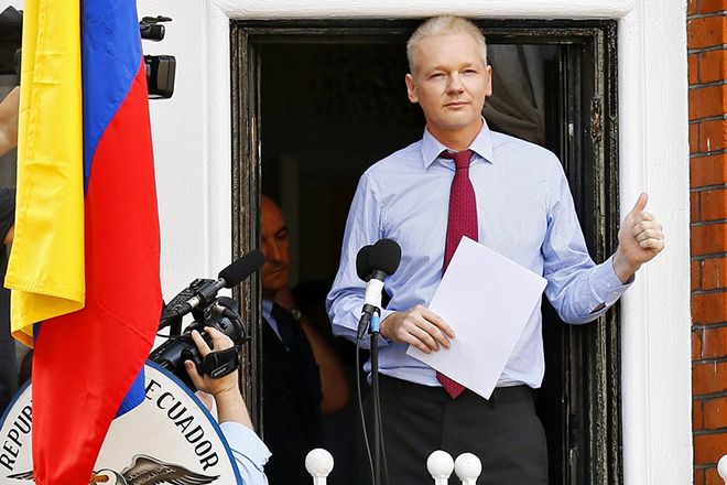 epa05973684 (FILE) - Wikileaks founder Julian Assange gives a thumbs up prior to delivering a statement on the balcony inside the Ecuador Embassy where he has sought political asylum in London, Britain, 19 August 2012(reissued 19 May 2017). According to a statement by the Swedish prosecutor's office on 19 May 2017, Sweden has dropped a rape probe against WikiLeaks founder Assange.  EPA/KERIM OKTEN