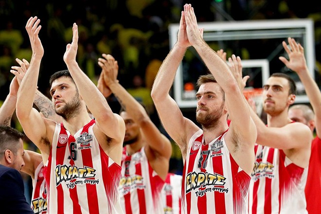epa05975064 Olympiacos Piraeus players applaud fans after winning the Euroleague Final Four semi final basketball match between CSKA Moscow and Olympiacos Piraeus in Istanbul, Turkey, 19 May 2017.  EPA/SEDAT SUNA