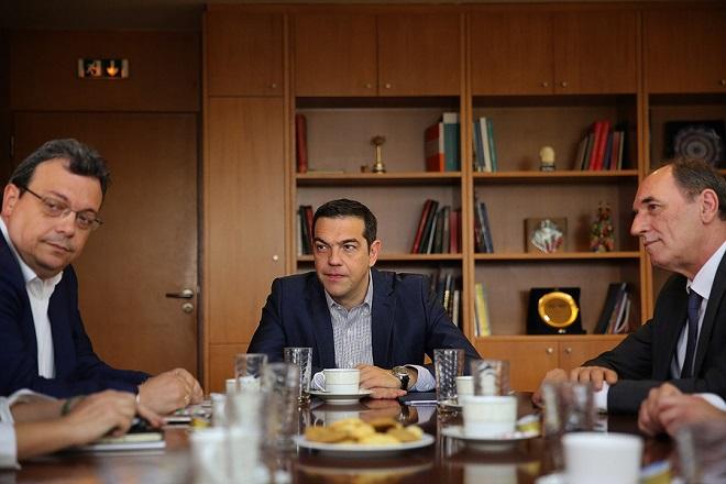 Ο πρωθυπουργός, Αλέξης Τσίπρας (Κ) συνομιλεί με τον υπουργό ΠΕΝ Γιώργο Σταθάκη (Δ) και τον αναπληρωτή ΠΕΝ, Σωκράτη Φάμελλο (Α) στο υπουργείο Περιβάλλοντος και Ενέργειας, Τετάρτη 24 Μαΐου 2017. Στο πλαίσιο της επίσκεψης η πολιτική ηγεσία του ΥΠΕΝ θα ενημερώσει τονπρωθυπουργό για τις δραστηριότητες και πρωτοβουλίες του υπουργείου. ΑΠΕ-ΜΠΕ/ΑΠΕ-ΜΠΕ/ΑΛΕΞΑΝΔΡΟΣ ΒΛΑΧΟΣ