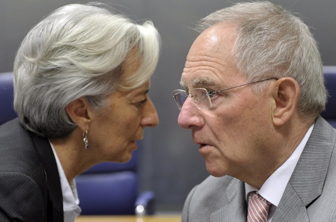 epa02786579 French Finance Minister Christine Lagarde (L) chats with German Finance Minister Wolfgang Schaeuble (R) prior the Eurogroup council meeting in Luxembourg, 20 June 2011. EPA/CHRISTOPHE KARABA  +++(c) dpa - Bildfunk+++