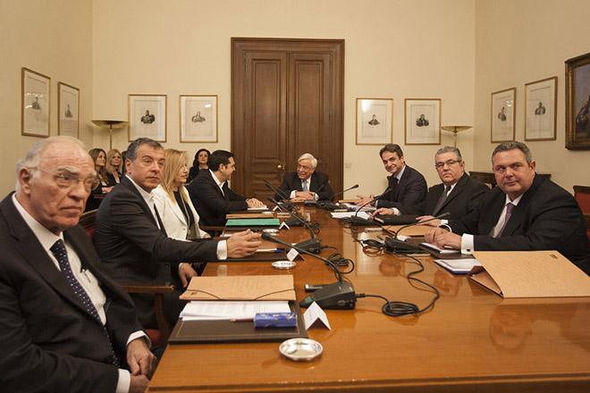(Ξένη Δημοσίευση) Ο Πρόεδρος της Δημοκρατίας Προκόπης Παυλόπουλος (Κ) , ο πρόεδρος των Ανεξάρτητων Ελλήνων Πάνος Καμμένος (Δ) , ο ΓΓ του ΚΚΕ Δημήτρης Κουτσούμπας (2Δ) , ο πρόεδρος της Νέας Δημοκρατίας Κυριάκος Μητσοτάκης (3Δ) , ο επικεφαλής του Ποταμιού Σταύρος Θεοδωράκης (2Α) , η πρόεδρος της Δημοκρατικής Συμπαράταξης ΠΑΣΟΚ-ΔΗΜΑΡ Φώφη Γεννηματά (3Α), ο πρόεδρος της Ένωσης Κεντρώων Βασίλης Λεβέντης (Α) και ο πρωθυπουργός Αλέξης Τσίπρας (4ος Α) συνομιλούν πριν την συνεδρίαση  του συμβουλίου των πολιτικών αρχηγών, στο Προεδρικό Μέγαρο, Παρασκευή 4 Μαρτίου 2016. Συγκλήθηκε συμβούλιο πολιτικών αρχηγών υπό τον Πρόεδρο της Δημοκρατίας ύστερα από αίτημα του Πρωθυπουργού Αλέξη Τσίπρα με θέμα το προσφυγικό. ΑΠΕ-ΜΠΕ/ΓΡΑΦΕΙΟ ΤΥΠΟΥ ΝΔ/ΔΗΜΗΤΡΗΣ ΠΑΠΑΜΗΤΣΟΣ