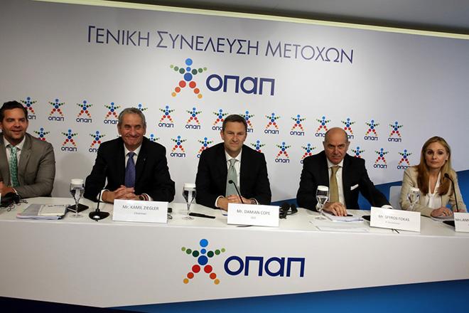 Ο πρόεδρος Kamil Ziegler (2-A), δνων σύμβουλος της ΟΠΑΠ ΑΕ Damien Cope (Κ), ο Μichael Houst (1-A), o Α΄ αντιπρόεδρος Σπύρος Φωκάς (2-Δ) και η νομική σύμβουλος Αννυ Κετεντζόγλου (1-Δ),στη σημερινή γενική συνέλευση των μετόχων της εταιρείας, Πέμπτη 27 Απριλίου 2017. ΑΠΕ - ΜΠΕ/ΑΠΕ - ΜΠΕ/Αλέξανδρος Μπελτές