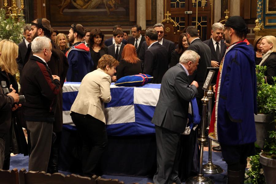 Κόσμος  χαιρετά τη σορό του πρώην πρωθυπουργού Κωνσταντίνου Μητσοτάκη που έχει τεθεί σε λαίκό προσκύνημα στη Μητρόπολη , Τετάρτη 31 Μαίου 2107. Ο πρώην πρωθυπουργός και επίτιμος πρόεδρος της Νέας Δημοκρατίας Κωνσταντίνος Μητσοτάκης απεβίωεσε στις 29 Μαϊου σε ηλικία 99 ετών. ΑΠΕ-ΜΠΕ/ΑΠΕ-ΜΠΕ/Αλέξανδρος Μπελτές