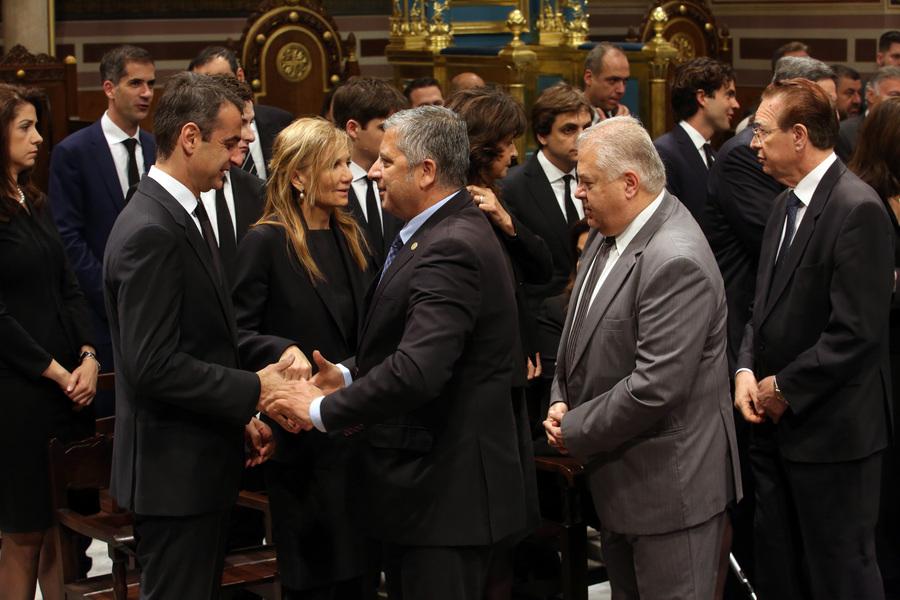 O πρόεδρος της ΝΔ Κυριάκος Μητσοτάκης (2-Α) δέχεται  συλλυπητήρια από τον πρόεδρο της ΚΕΔΕ Γιώργο Πατούλη (3-Α), στη Μητρόπολη Αθηνών όπου έχει τεθεί σε λαίκό προσκύνημα  η σορός του πρώην πρωθυπουργού Κωνσταντίνου Μητσοτάκη , Τετάρτη 31 Μαίου 2107. Ο πρώην πρωθυπουργός και επίτιμος πρόεδρος της Νέας Δημοκρατίας Κωνσταντίνος Μητσοτάκης απεβίωεσε στις 29 Μαϊου σε ηλικία 99 ετών. ΑΠΕ-ΜΠΕ/ΑΠΕ-ΜΠΕ/Αλέξανδρος Μπελτές