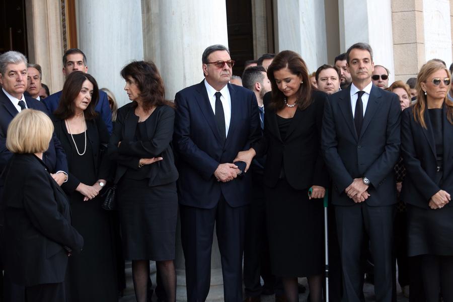 O πρόεδρος της ΝΔ Κυριάκος Μητσοτάκης (2-Δ) με τη σύζυγό του Μαρέβα (1-Δ), και τις αδερφές του Αλεξάνδρα Μητσοτάκη (5-Α) και Ντόρα Μπακογιάννη (3-Δ) στη Μητρόπολη Αθηνών αναμένοντας την άφιξη της σορού του παέρα τους και  πρώην πρωθυπουργού Κωνσταντίνου Μητσοτάκη , Τετάρτη 31 Μαίου 2017. Ο πρώην πρωθυπουργός και επίτιμος πρόεδρος της Νέας Δημοκρατίας Κωνσταντίνος Μητσοτάκης απεβίωεσε στις 29 Μαϊου σε ηλικία 99 ετών. ΑΠΕ-ΜΠΕ/ΑΠΕ-ΜΠΕ/Αλέξανδρος Μπελτές