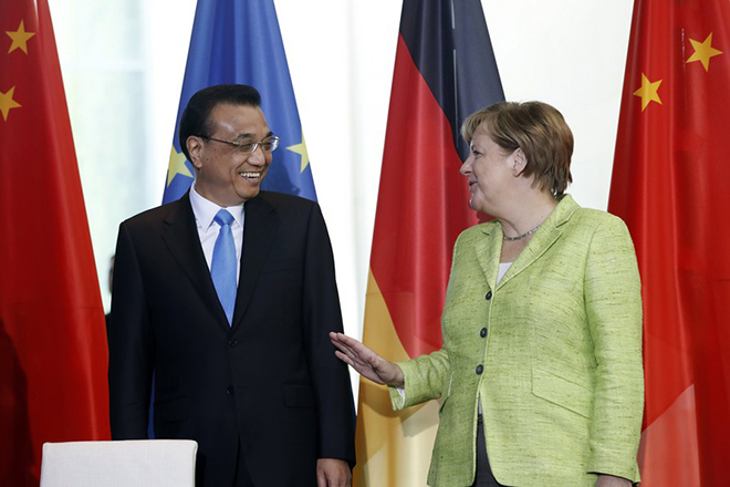 epa06002817 German Chancellor Angela Merkel (R) talks to Premier Minister Li Keqiang (L) during contract signings between both countries in the Chancellery in Berlin, Germany, 01 June 2017. Merkel and Li will also take part later in a German-Chinese forum. The bilateral and economic relations, foreign policy issues and the G20 summit in July will be discussed.  EPA/FELIPE TRUEBA