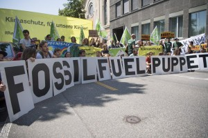 epa06005536 Activists of Greenpeace protest with a sign reading 'fossil fuel puppet', during a protest against the decision of the US government to exit the Paris climate deal, in front of US Embassy in Bern, Switzerland, 02 June 2 2017. There has been widespread international condemnation of the Trump's decision to withdraw the US from the 2015 Paris climate agreement.  EPA/ANTHONY ANEX