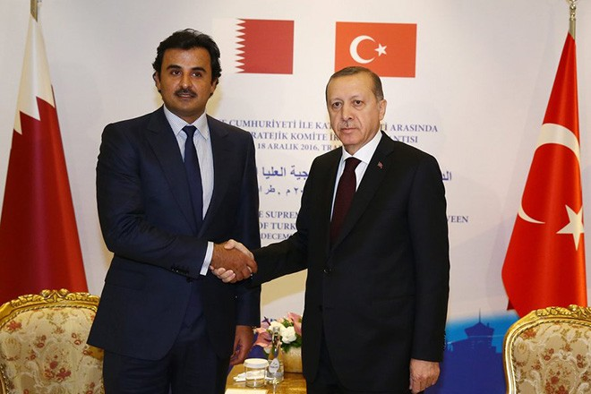 epa05681502 A handout picture provided by Turkish President Press office shows Emir of the State of Qatar Sheikh Tamim bin Hamad Al-Thanir (L) shakes hands with Turkish President Recep Tayyip Erdogan (R), during their meeting in Trabzon, Turkey, 18 December 2016.  EPA/TURKISH PRESIDENT PRESS OFFICE / HANDOUT  HANDOUT EDITORIAL USE ONLY/NO SALES
