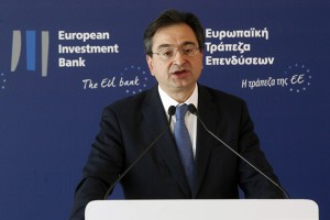Ο Διευθύνων Σύμβουλος της Eurobank Φωκίων Καραβίας στην εκδήλωση του Ευρωπαϊκού Ταμείου Επενδύσεων και της Ευρωπαϊκής Τράπεζας Επενδύσεων, για την υπογραφή της σύμβασης με τις ελληνικές συστημικές τράπεζς για την ενεργοποίηση του Υπερταμείου Συνεπενδύσεων, την Πέμπτη 22 Δεκεμβρίου 2016. Το Υπουργείο Οικονομίας και Ανάπτυξης ιδρύει το νέο, καινοτόμο Υπερταμείο Συνεπενδύσεων, το οποίο θα συγκεντρώνει επενδυτικά κεφάλαια για την ενίσχυση καινοτόμων ελληνικών μικρομεσαίων επιχειρήσεων. Η εκδήλωση παρουσίασης και υπογραφής της σύμβασης για την ενεργοποίηση του Ταμείου Συμμετοχών πραγματοποιείται παρουσία του πρωθυπουργού Αλέξη Τσίπρα, του Προέδρου της Ευρωπαϊκής Τράπεζας Επενδύσεων Βέρνερ Χόγερ και της Επιτρόπου Περιφερειακής Πολιτικής της Ε.Ε. Κορίνα Κρέτσου. ΑΠΕ-ΜΠΕ/ΑΠΕ-ΜΠΕ/ΑΛΕΞΑΝΔΡΟΣ ΒΛΑΧΟΣ