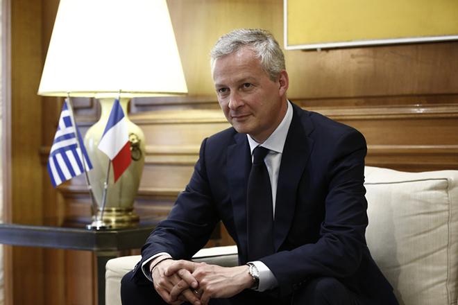 Ο υπουργός Οικονομικών της Γαλλίας Μπρούνο Λε Μερ συνομιλεί με τον πρωθυπουργό Αλέξη Τσίπρα (δεν εικονίζεται) κατά τη διάρκεια της συνάντησής τους στο Μέγαρο Μαξίμου, Αθήνα Δευτέρα 12 Ιουνίου 2017. ΑΠΕ-ΜΠΕ/ΑΠΕ-ΜΠΕ/ΓΙΑΝΝΗΣ ΚΟΛΕΣΙΔΗΣ