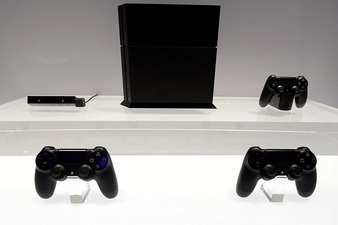 epa03740766 The new PlayStation 4 console and controls are displayed at the E3 (Electronic Entertainment Expo) in Los Angeles, California, USA, 11 June 2013. The E3 expo introduces new games and gaming devices and is an anticipated annual event among gaming enthusiasts and marketers.  EPA/MICHAEL NELSON