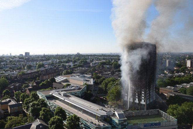 epa06027233 Smoke rises from the fire at the Grenfell Tower apartment block in North Kensington, London, Britain, 14 June 2017. According to the London Fire Brigade (LFB), 40 fire engines and 200 firefighters are working to put out the blaze. Residents in the tower were evacuated and a number of people were treated for a 'range of injuries,' Metropolitan Police said. The blaze broke out at around 1:00 am GMT.  EPA/FACUNDO ARRIZABALAGA