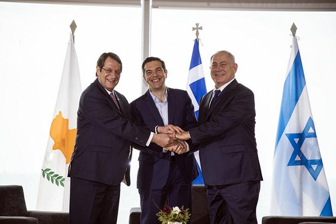 (Ξένη Δημοσίευση) Ο πρωθυπουργός της Ελλάδας Αλέξης Τσίπρας (Κ), ο πρωθυπουργός του Ισραήλ Μπέντζαμιν Νετανιάχου (Δ) και ο Πρόεδρος της Κύπρου Νίκος Αναστασιάδης (Α) ανταλλάσουν χειραψία κατά τη διάρκεια της Τριμερούς Συνάντησης Κορυφής Ελλάδας - Κύπρου - Ισραήλ, την Πέμπτη 15 Ιουνίου 2017, στη Θεσσαλονίκη. Η συνεργασία στους τομείς της ενέργειας, του περιβάλλοντος, της ψηφιακής τεχνολογίας, της οικονομίας, της επιστήμης, της έρευνας, της τεχνολογίας, των τηλεπικοινωνιών, της διαστημικής τεχνολογίας και της διασποράς, στο επίκεντρο της Τριμερούς Συνάντησης Κορυφής Ελλάδας - Κύπρου - Ισραήλ με τη συμμετοχή των πρωθυπουργών της Ελλάδας και του Ισραήλ, Αλέξη Τσίπρα και Μπέντζαμιν Νετανιάχου και του προέδρου της Κύπρου, Νίκου Αναστασιάδη, καθώς και υπουργών από τις τρεις χώρες.  ΑΠΕ-ΜΠΕ/ΓΡΑΦΕΙΟ ΤΥΠΟΥ ΠΡΩΘΥΠΟΥΡΓΟΥ/Andrea Bonetti