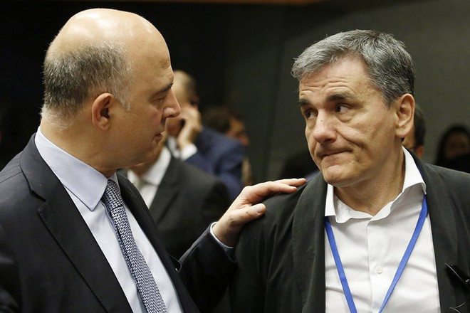 epa06029705 Pierre Moscovici (L), European Commissioner for Economic and Financial Affairs, Taxation and Customs and Greek Finance Minister Eucleidis Tsakalotos (R) at the start of the Eurogroup Finance Ministers meeting in Luxembourg, 15 June 2017. The monthly Eurogroup meeting is expected to pave the way for new loans for Greece.  EPA/JULIEN WARNAND