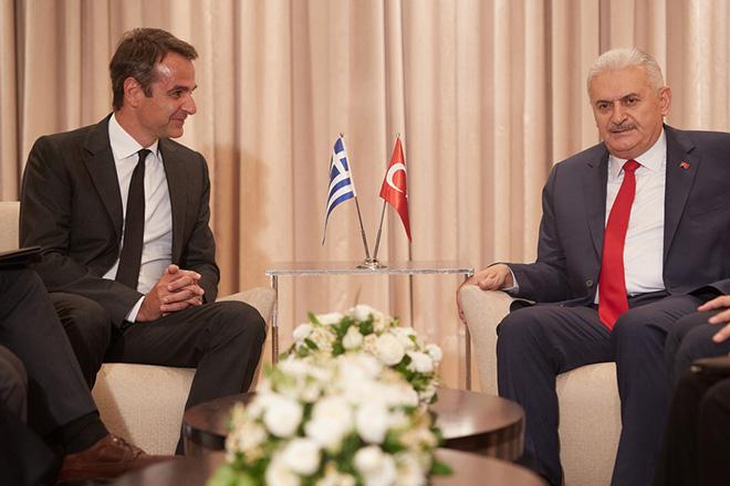 Ο πρόεδρος της Νέας Δημοκρατίας Κυριάκος Μητσοτάκης (Α) συνομιλεί με τον πρωθυπουργό της Τουρκίας Binali Yildirim (Δ) κατά τη διάρκεια της συνάντησής τους, τη Δευτέρα 19 Ιουνίου 2017. ΑΠΕ-ΜΠΕ/ΓΡΑΦΕΙΟ ΤΥΠΟΥ ΝΔ/ΔΗΜΗΤΡΗΣ  ΠΑΠΑΜΗΤΣΟΣ