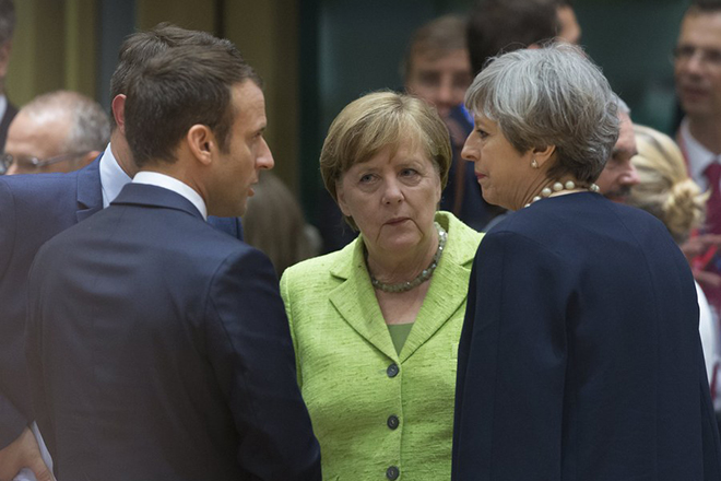 epa06043234 (L-R) French President Emmanuel Macron, German Chancellor Angela Merkel and  Britain's Prime Minister Theresa May speak with each other at the start of a European Council meeting in Brussels, Belgium, 22 June 2017. European heads of states and governments gather for a two-days European Council meeting on 22 and 23 June which will mainly 'focus on the ongoing efforts to strengthen the European Union and protect its citizens through the work on counterterrorism, security and defence, external borders, illegal migration and economic development', the European Councils said in a press release.  EPA/OLIVIER HOSLET