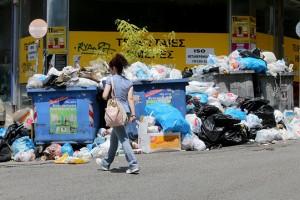 Σκουπίδια σωρεύονται στους δρόμους της Αθήνας λόγω των κινητοποιήσεων των εργαζόμενων στην Τοπική Αυτοδιοίκηση Παρασκευή 23  Ιουνίου 2017.Συνεχίζουν τις κινητοποιήσεις τους μέχρι την προσεχή Πέμπτη οι εργαζόμενοι στους δήμους ΑΠΕ-ΜΠΕ/ΑΠΕ-ΜΠΕ/Παντελής Σαίτας