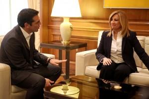 Ο πρωθυπουργός Αλέξης Τσίπρας (Α) μιλά με την πρόεδρο του ΠΑΣΟΚ και επικεφαλή της Δημοκρατικής Παράταξης Φώφη Γεννηματά (Δ) στη σημερινή τους συνάντηση στο Μέγαρο Μαξίμου, στο πλαίσιο των  συναντήσεων του πρωθυπουργού με τους πολιτικούς αρχηγούς, Τρίτη 20 Ιουνίου 2017. ΑΠΕ-ΜΠΕ/ΑΠΕ-ΜΠΕ/Αλέξανδρος Μπελτές