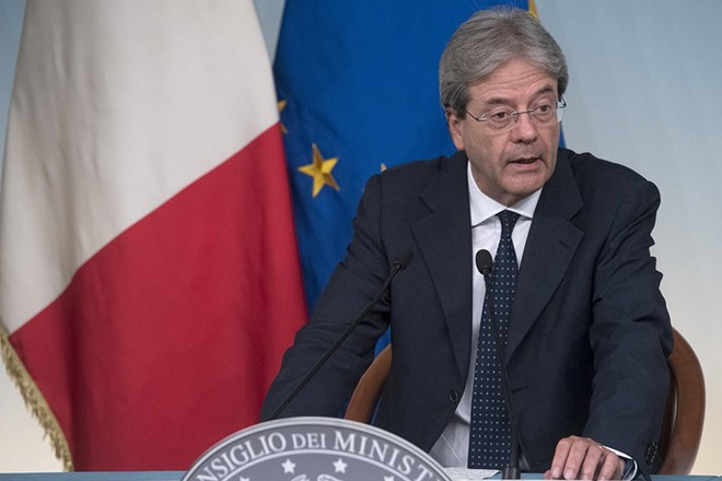 epa06049920 Italian Prime Minister, Paolo Gentiloni, attends a press conference after the Council of Ministers at Chigi Palace in Rome, Italy, 25 June 2017. A measure, on the crisis of the Venetian banks, to creates the regulatory framework for the administrative liquidation of Veneto Banca and Popolare Vicenza was approved at the meeting.  EPA/CLAUDIO PERI