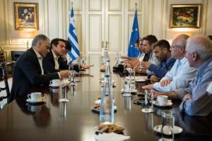 (Ξένη Δημοσίευση)  Ο πρωθυπουργός Αλέξης Τσίπρας συνομιλεί με τους εκπροσώπους της ΠΟΕ - ΟΤΑ κατά τη διάρκεια της συνάντησής τους, την Τρίτη 27 Ιουνίου 2017, στο Μέγαρο Μαξίμου.Η συνάντηση γίνεται μετά την πρόσκληση που απηύθυνε ο πρωθυπουργός Αλέξης Τσίπρας προκειμένου να βρεθεί λύση όσον αφορά τις διεκδικήσεις των εργαζομένων στον τομέα της καθαριότητας και να αποφευχθούν κίνδυνοι για τη δημόσια υγεία, λόγω της παρατεταμένης μη αποκομιδής απορριμμάτων και των πολύ υψηλών θερμοκρασιών που αναμένονται τις επόμενες μέρες. Νωρίτερα μικρής έντασης επεισόδια σημειώθηκαν έξω από το Μέγαρο Μαξίμου, όταν εργαζόμενοι της ΠΟΕ-ΟΤΑ προσπάθησαν να περάσουν την είσοδο του μεγάρου και απωθήθηκαν από τους αστυνομικούς.  ΑΠΕ-ΜΠΕ/ΓΡΑΦΕΙΟ ΤΥΠΟΥ ΠΡΩΘΥΠΟΥΡΓΟΥ/Andrea Bonetti