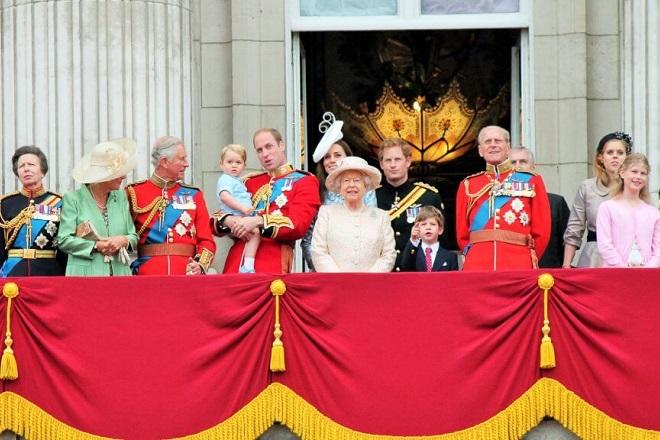 Πώς βγάζει λεφτά η βρετανική βασιλική οικογένεια;