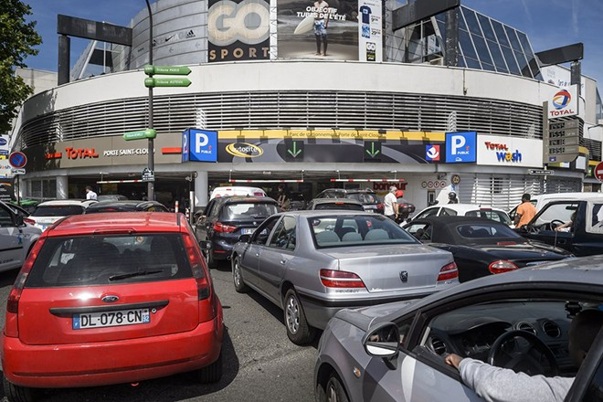 epa06001264 Car drivers queue for gas at a TOTAL petrol station at the Porte de Saint Cloud in Paris, France, 31 May 2017. Fuel distributions in France are affected by a strike by hazardous materials transporters.  EPA/CHRISTOPHE PETIT TESSON