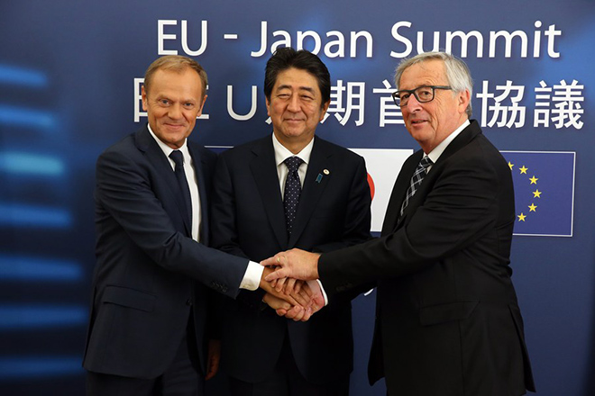epa06069268 Japan's Prime minister Shinzo Abe (C)  is welcomed by European Council President Donald Tusk (L) and EU Commission President Jean-Claude Juncker prior to a EU Japan leaders summit meeting in Brussels, Belgium, 06 July 2017.  EPA/FRANCOIS WALSCHAERTS / POOL