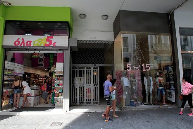 Κόσμος ψωνίζει σε ανοιχτά μαγαζιά στην οδό Ερμού όπου τα περισσότερα  εμπορικά καταστήματα παρέμειναν κλειστά 7542a2c3457