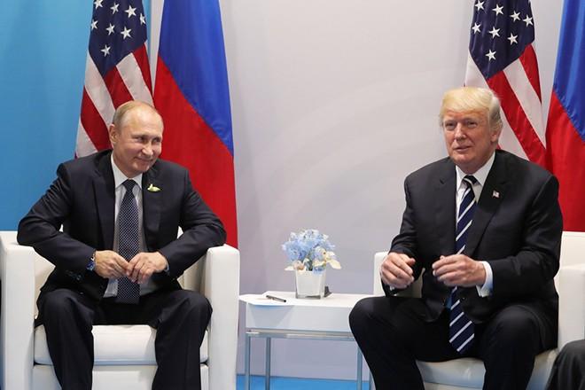 epa06073373 Russian President Vladimir Putin (L) and US President Donald J. Trump (R) meet on the sidelines of the G20 summit in Hamburg, Germany, 07 July 2017. The G20 Summit (or G-20 or Group of Twenty) is an international forum for governments from 20 major economies. The summit is taking place in Hamburg from 07 to 08 July 2017.  EPA/MICHAEL KLIMENTYEV / SPUTNIK / KREMLIN POOL / POOL MANDATORY CREDIT