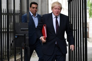 epa06024382 Britain's Foreign Minister, Boris Johnson (R) arrives to the Cabinet meeting in London, Britain, 12 June 2017. Britain's general election on 08 June ended in a hung parliament with the Conservative Party unable to gain a majority. British Prime minister Theresa May said she will continue to govern and is in talks seeking the backing of the Northern Ireland Democratic Unionist Party (DUP).  EPA/FACUNDO ARRIZABALAGA