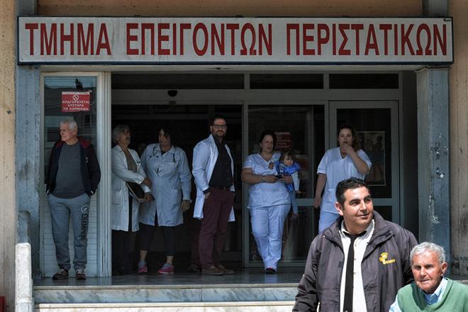 Γιατροί και νοσηλευτικό προσωπικό  συμμετέχουν στην άσκηση ετοιμότητας μερικής εκκένωσης στο Γενικό Νοσοκομείο Κορίνθου, την Πέμπτη 6 Απριλίου 2017. Πραγματοποιήθηκε στο Γενικό Νοσοκομείο Κορίνθου άσκηση ετοιμότητας μερικής εκκένωσης, στο πλαίσιο του επιχειρησιακού σχεδίου εκτάκτων αναγκών «Σώστρατος» υπό την εποπτεία  του Εθνικού Κέντρου Επιχειρήσεων Υγείας (ΕΚΕΠΥ). ΑΠΕ-ΜΠΕ/ ΑΠΕ-ΜΠΕ/ ΨΩΜΑΣ ΒΑΣΙΛΗΣ