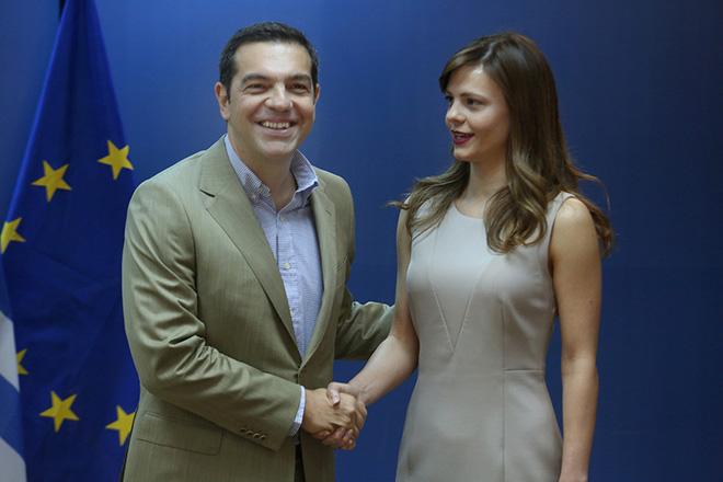 Η υπουργός Εργασίας Κοινωνικής Ασφάλισης και Κοινωνικής Αλληλεγγύης  Έφη Αχτσιόγλου (Δ) υποδέχεται τον πρωθυπουργό Αλέξη Τσίπρα (Α) στη σημερινή του επίσκεψη στο υπουργείο Εργασίας, Δευτέρα 17 Ιουλίου 2017. ΑΠΕ-ΜΠΕ/ΑΠΕ-ΜΠΕ/Αλέξανδρος Μπελτές