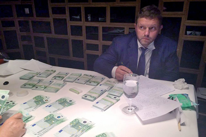epa05388882 A handout picture provided by the Russian Investigative Committee on 25 June 2016 shows Governor of Kirov, Nikita Yurevich Belykh writing an explanation after he was detained supposedly taking a bribe, at a restaurant in Moscow, Russia, 24 June 2016. Belykh, a Russian politician and former leader of the Union of Rightist Forces party,  received 400,000 euro, according to an Investigative Committee.  EPA/RUSSIAN INVESTIGATIVE COMMITTEE / HANDOUT BEST QUALITY AVAILABLE HANDOUT EDITORIAL USE ONLY