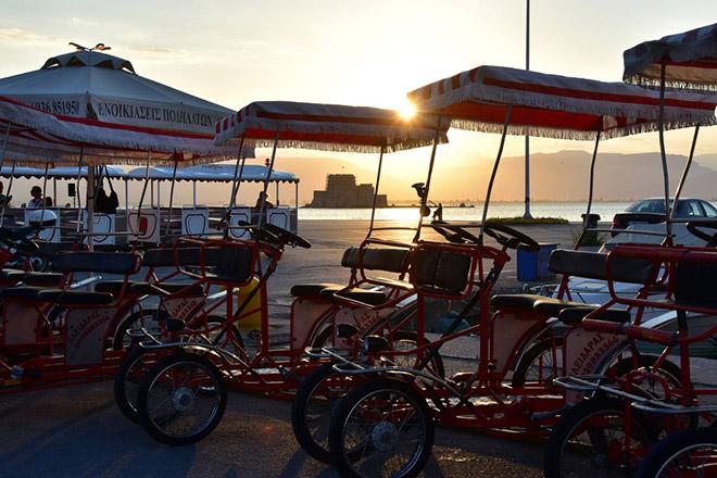Ο ήλιος δύει στην πόλη του Ναυπλίου με φόντο ενοικιαζόμενα ποδήλατα στην παραλία της πόλης, Σάββατο 9 Ιουλίου 2016. ΑΠΕ-ΜΠΕ/ΑΠΕ-ΜΠΕ/ΜΠΟΥΓΙΩΤΗΣ ΕΥΑΓΓΕΛΟΣ