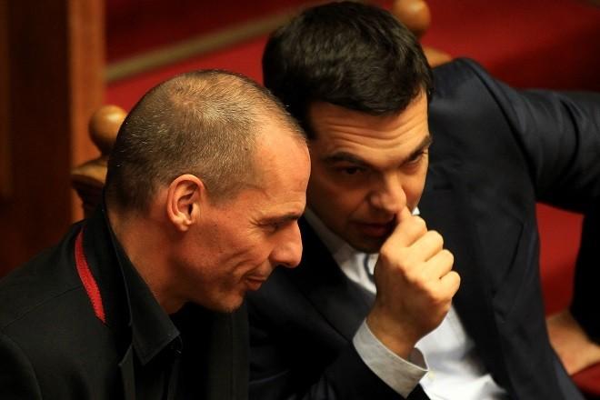 Ο πρωθυπουργός Αλέξης Τσίπρας και ο υπουργός Οικονομικών Γιάνης Βαρουφάκης συνομιλούν  κατά την ψηφοφορία για εκλογή Προέδρου της Δημοκρατίας, Βουλή, Αθήνα, Τετάρτη 18 Φεβρουαρίου 2015. Η κυβέρνηση πρότεινε για νέο Πρόεδρο της Δημοκρατίας τον Προκόπη Παυλόπουλο.  ΑΠΕ-ΜΠΕ/ΑΠΕ-ΜΠΕ/ΟΡΕΣΤΗΣ ΠΑΝΑΓΙΩΤΟΥ