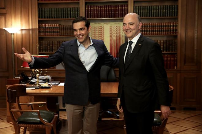Ο πρωθυπουργός Αλέξης Τσίπρας (Α) υποδέχεται τον Επίτροπο Pierre Moscovici (Δ), αρμόδιο για τις Οικονομικές και τις Δημοσιονομικές Υποθέσεις, την Φορολογία και τα Τελωνεία κατά τη συνάντησή τους στο Μέγαρο Μαξίμου, Αθήνα, την Τρίτη 25 Ιουλίου 2017. ΑΠΕ-ΜΠΕ/ΑΠΕ-ΜΠΕ/ΣΥΜΕΛΑ ΠΑΝΤΖΑΡΤΖΗ
