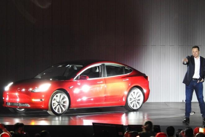 Το νέο ηλεκτρικό αυτοκίνητο της Tesla βγαίνει στους δρόμους