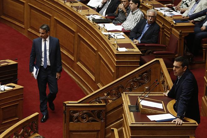 Ο πρωθυπουργός Αλέξης Τσίπρας μιλάει από το βήμα της Βουλής ενώ ο πρόεδρος της Νέας Δημοκρατίας Κυριάκος Μητσοτάκης προσέρχεται στην αίθουσα, στη συζήτηση και ψήφιση του σχεδίου νόμου του Υπουργείου Παιδείας, Έρευνας και Θρησκευμάτων «Οργάνωση και λειτουργία της ανώτατης εκπαίδευσης, ρυθμίσεις για την έρευνα και άλλες διατάξεις» στην αίθουσα της Ολομέλειας, Τρίτη 1 Αυγούστου 2017. ΑΠΕ-ΜΠΕ/ΑΠΕ-ΜΠΕ/ΑΛΕΞΑΝΔΡΟΣ ΒΛΑΧΟΣ